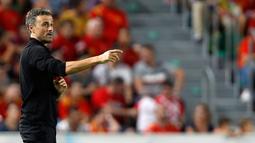Pelatih Spanyol, Luis Enrique memberikan instruksi kepada para pemainnya selama pertandingan UEFA Nations League di stadion Manuel Martinez Valero, Spanyol (11/9). Spanyol menang telak atas Kroasia 6-0. (AP Photo/Alberto Saiz)