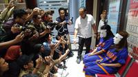 Kapolda Jawa Timur Irjen Pol Luki Hermawan menuturkan bahwa mucikari ES atau Endang (37) mempunyai jaringan 45 artis yang dipasarkan melalui Media Sosial. (FOTO: Liputan6.com/Dian Kurniawan)
