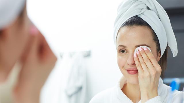 Penting untuk membersihkan sisa makeup demi kulit cantik terawat/copyright iStockphotos.com