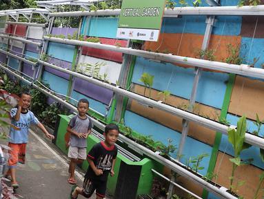 Sejumlah anak-anak bermain di Kampung Hidroponik Pengadegan, Jakarta, Kamis (22/2). Hasil panen tanaman hidroponik tersebut dibeli oleh masyarakat setempat. (Liputan6.com/Immanuel Antonius)