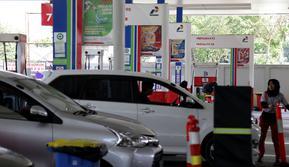 Aktivitas pengisian Bahan Bakar Minyak (BBM) di SPBU Abdul Muis, Jakarta, Senin (2/7). Pertamina (Persero) secara resmi menaikkan harga Pertamax Cs akibat terus meningkatnya harga minyak dunia. (Liputan6.com/Johan Tallo)
