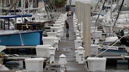 Seorang pria memeriksa kapal miliknya di sebuah dermaga dalam persiapan menghadapi Badai Harvey di Corpus Christi, Texas, Jumat (25/8). Badai kategori 3 diketahui akan menerjang Negeri Paman Sam pada Jumat malam waktu setempat. (AP Photo/Eric Gay)