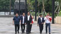 Presiden Joko Widodo (depan) didampingi Menpora, Menteri PUPR, Kepala Bekraf, dan Ketua Inasgoc meninjau sejumlah venue Asian Games 2018 di Kompleks Gelora Bung Karno, Jakarta, Senin (25/6). (Liputan6.com/Angga Yuniar)