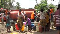 Kemarau panjang yang terjadi sejak Maret hingga Oktober 2020 di wilayah Sikka, Nusa Tenggara Timur, membuat warga Desa Paga mengalami kesulitan mendapatkan air bersih. (Liputan6.com/ Jhon Gomes)