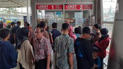 Calon penumpang KRL Commuter Line mengantre di loket Stasiun Bogor, Jawa Barat, Minggu (4/8/2019). Ratusan calon penumpang KRL Commuter Line tertumpuk di Stasiun Bogor akibat terjadi pemadaman listrik di Jakarta dan sebagian Jawa Barat. (Liputan6.com/Helmi Fithriansyah)