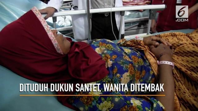 Seorang ibu paruh baya ditembak dua pria bertopeng yang menyangka korban sebagai dukun santet. Dokter temukan dua peluru bersarang di dada korban.