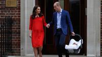 Pangeran William dan Kate Middleton bergandengan tangan saat meninggalkan Rumah Sakit St Mary's di London, Senin (23/4). Pangeran William dan Kate Middleton tampak bergandengan tangan saat berjalan ke arah mobilnya. (AP/Kirsty Wigglesworth)