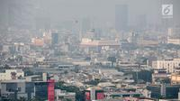 Penampakan polusi udara di langit Jakarta Utara, Senin (29/7/2019). Buruknya kualitas udara Ibu Kota disebabkan jumlah kendaraan, industri, debu jalanan, rumah tangga, pembakaran sampah, pembangunan konstruksi bangunan, dan Pelabuhan Tanjung Priok. (Liputan6.com/Faizal Fanani)