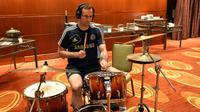 Aksi memukau penjaga gawang legendaris Petr Cech saat bermain drum.