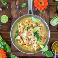 Sesekali sajikan menu spesial untuk makan malam bersama pasangan. Resep udang masak bumbu kari bisa jadi pilihan tepat. (Foto: unsplash/Dana DeVolk)