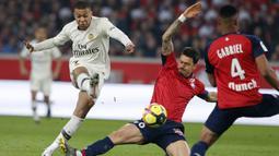 Striker Paris Saint-Germain (PSG), Kylian Mbappe, melepaskan tendangan ke gawang Lille pada laga Liga Prancis di  Stade Pierre Mauroy, Minggu (14/4). PSG takluk 1-5 dari Lille. (AP/Michel Spingler)