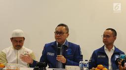 Ketua Umum PAN Zulkifli Hasan memberikan keterangan seusai bertemu Ketua PA 212 Slamet Maarif di Jakarta, Rabu (20/2). PAN akan memberikan bantuan hukum kepada Slamet dalam menghadapi kasus pidana pemilu di Jawa Tengah. (Liputan6.com/Herman Zakharia)