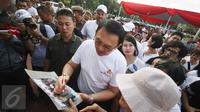 Gubernur DKI Jakarta Basuki Tjahaja Purnama meninjau Taman Pandang Istana yang baru diresmikan di depan Istana Negara, Jakarta, Sabtu (30/7). Taman tersebut guna tempat bersantai bagi masyarakat. (Liputan6.com/Immanuel Antonius)
