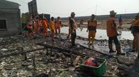 Petugas Sudin Lingkungan Hidup Jakarta Utara saat membersihkan sampah di Kampung Bengek Jakarta Utara. (dok Dinas Lingkungan Hidup)