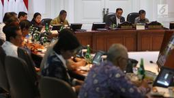 Presiden Joko Widodo didampingi Wakil Presiden Jusuf Kalla (kanan) memimpin rapat terbatas (ratas) di Kantor Presiden, Jakarta, Rabu (11/9/2019). Ratas bertema 'Perbaikan Ekosistem Investasi' ini dilakukan Jokowi beserta para menteri guna merumuskan kebijakan konkret. (Liputan6.com/Angga Yuniar)