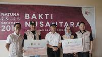 Direktur Yayasan Tunas Bakti Nusantara menyerahkan sumbangan laptop, serta buku untuk SMP N 3 Satap Bunguran Barat di pembukaan Bakti Nusantara 2019. (dok Yayasan Tunas Bakti Nusantara)