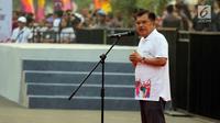 Wakil Presiden Jusuf Kalla memberikan sambutaan saat melepas parade Asian Games 2018 di Monas, Jakarta, Minggu (13/5). Parade Asian Games ini diikuti oleh 4.800 peserta dari berbagai kelompok masyarakat dan institusi. (Liputan6.com/Arya Manggala)
