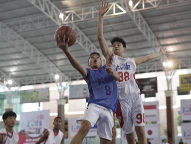 Para pebasket muda saat Kamp Penyisihan Kejuaraan Dunia Jr. NBA untuk wilayah Asia Pasifik di UPH Karawaci, Tangerang, Minggu (16/6). Nantinya akan dipilih 10 putra dan 10 putri untuk Kejuaraan Dunia. (Bola.com/Vitalis Yogi Trisna)