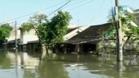 Banjir diduga curah hujan yang tinggi dan air kiriman dari Bogor. Sehingga membuat Kali Ledug di sekitar Perumahan Total Persada meluap. (Liputan 6 SCTV)