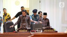 Presiden Joko Widodo dan Wakil Presiden Ma'ruf Amin bersiap memimpin rapat terbatas penanganan kekerasan terhadap anak di Kantor Presiden, Kamis (9/1/2020). Jokowi meminta jajarannya memprioritaskan pada aksi pencegahan yang melibatkan keluarga sekolah serta masyarakat. (Liputan6.com/Angga Yuniar)