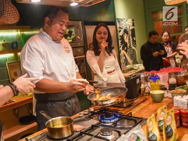 Chef Igo, mendemonstrasikan memasak pada acara Halal Bihalal di restoran Feast, Jakarta, Selasa (25/6/2019). Chef Internal PT Sasa Inti memaparkan prinsip utama dalam memasak adalah selalu membuat sajian yang lezat dan sebisa mungkin tidak terlalu merepotkan dalam prosesnya. (Liputan6.com/HO/Andrey)