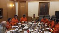 Anies ajak makan siang petugas damkar Jaksel (Anendya Nirvana/Liputan6.com)