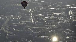 Salah satu balon udara terlihat mengudara saat mengikuti Bristol International Balloon Fiesta ke 37  di Inggris, Jumat (7/8/2015). Festival balon terbesar di eropa ini berlangsung selama empat hari.  (REUTERS/Toby Melville)