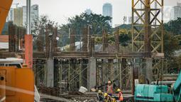 Aktivitas pekerja di lokasi pembangunan Kampung Susun Akuarium di Jakarta, Rabu (17/2/2021). Progres pembangunan Kampung Susun Akuarium tersebut telah mencapai 30 persen dan ditargetkan rampung pada Agustus 2021 mendatang. (Liputan6.com/Faizal Fanani)