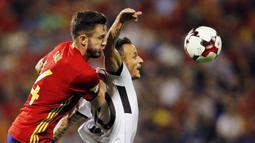Gelandang Spanyol, Saul Niguez, berebut bola dengan gelandang Albania, Ergys Kace, pada laga Kualifikasi Piala Dunia 2018 di Stadion Rico Perez, Jumat (6/10/2017). Spanyol menang 3-0 atas Albania. (AP/Alberto Saiz)