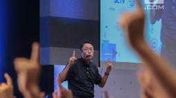 Motivator Tung Desem Waringin saat memberikan perubahan dahsyat dan semangat dalam hidup dalam Emtek Goes to Campus 2018 di Universitas Kristen Petra, Surabaya, Jawa Timur, Rabu (14/11). (Liputan6.com/Faizal Fanani)