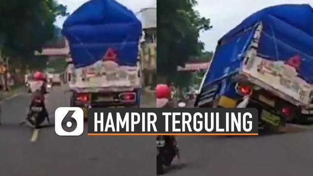 Hampir saja sebuah truk terguling karena menghindari emak-emak pengendara motor yang berhenti mendadak.