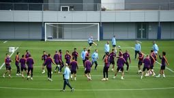 Suasana sesi pelatihan tim Manchester City di City Football Academy, Inggris (18/9). City akan bertanding melawan wakil Prancis, Lyon pada grup F Liga Champions. (AFP Photo/Oli Scarff)