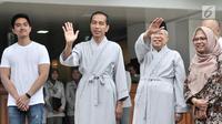 Bakal calon presiden dan wakil presiden Joko Widodo atau Jokowi (dua kiri) dan KH Ma'ruf Amin (dua kanan) melambaikan tangan sebelum tes kesehatan di RSPAD Gatot Subroto, Jakarta, Minggu (12/8). Keduanya mengenakan piyama. (Merdeka.com/Iqbal Nugroho)