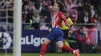 Penyerang Atletico Madrid, Antoine Griezmann, melakukan selebrasi usai mencetak gol ke gawang Real madrid pada laga La Liga di Stadion Wanda Metropolitano, Sabtu (9/2). Real Madrid menang 3-1 atas Atletico Madrid. (AP/Manu Fernandez)