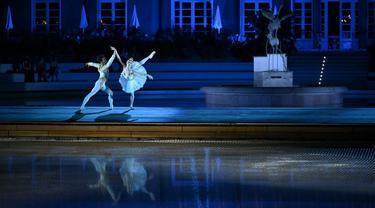 """Anggota La Scala Theatre Ballet tampil di kolam renang Bagni Misteriosi, Milan, Italia, 12 Juli 2021. Acara ini bagian dari """"La Scala in Citta"""", tur konser balet terbuka selama 4 hari di 14 tempat di Milan. (MARCO BERTORELLO/AFP)"""