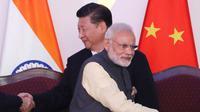 Perdana Menteri India Narendra Modi dan Presiden China Xi Jinping memimpin dua negara yang sama-sama memiliki senjata nuklir. (AP/Manish Swarup)