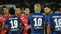 Pemain Bali United menghibur pemain Arema. (Bola.com/Iwan Setiawan)