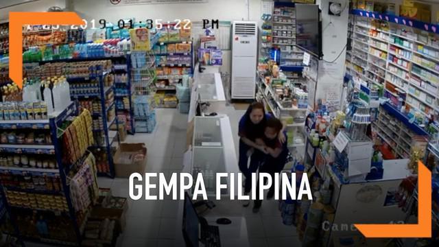 Detik-detik pengunjung dan karyawan minimarket berhamburan saat gempa magnitudo 6,5 mengguncang kota Catarman, Samar, Filipina.
