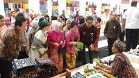 Ibu Negara Iriana Joko Widodo membuka pameran UMKM Karya Kreatif Indonesia 2018 di Jakarta Convention Centre (JCC), Jakarta, Jumat (20/7/2018)
