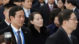 Ekspresi adik perempuan Kim Jong-un, Kim Yo-jong saat tiba di Bandara Internasional Incheon, Korea Selatan, Jumat (9/2). Kim Yo-jong menjadi anggota pertama keluarganya yang mengunjungi Korea Selatan sejak Perang Korea 1950-1953 (AP Photo/Ahn Young-joon)