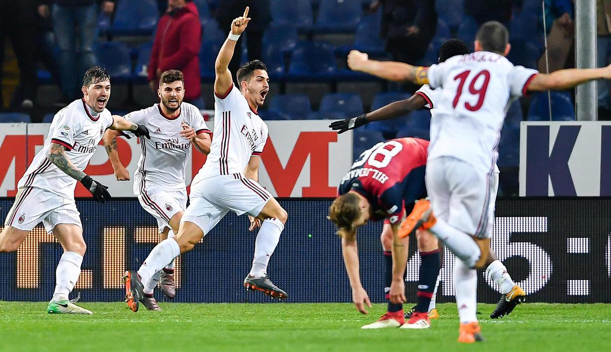 Penyerang AC Milan, Andre Silva (ketiga kiri) melakukan selebrasi usai mencetak gol ke gawang Genoa pada lanjutan Liga Serie A Italia di Stadion Luigi Ferraris di Genoa, (11/3). Gol Silva mengantar Milan menang 1-0 atas Genoa. (Simone Arveda/ANSA via AP)