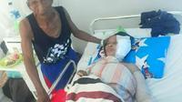 Nenek Nuru (65) dirawat di rumah sakit usai menjalani operasi, ditemani suaminya Tahir (80), (Liputan6.com/Ahmad Akbar Fua)