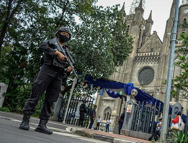 FOTO: Polisi Bersenjata Jaga Puncak Ibadah Paskah di Gereja Katedral