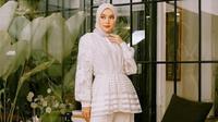 Inspirasi outfit warna putih untuk dikenakan saat Lebaran. (dok. Instagram @tiqasya/ https://www.instagram.com/p/CORo2WxjlQP/?igshid=153r1ad2ksukc/ Dinda Rizky)