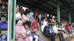 Orangtua mendampingi anaknya mengikuti tes fisik program Allianz Explorer Camp 2019 di Lapangan PSPT Tebet, Jakarta, Sabtu (22/6). Nantinya akan ada pemenang yang diberangkatkan ke Singapura dan Munchen. (Bola.com/Vitalis Yogi Trisna)