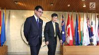 Sekjen ASEAN, Lim Jock Hoi (kanan) menerima kunjungan Menteri Luar Negeri Jepang, Taro Kono di Gedung Sekretariat ASEAN, Jakarta, Selasa (26/6). Pertemuan keduanya menandai hubungan Jepang dan ASEAN yang ke-45. (Liputan6.com/Angga Yuniar)