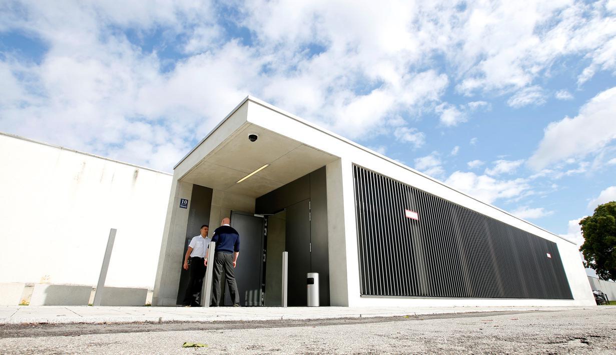 Pintu masuk pengadilan dengan keamanan tingkat tinggi di Munich, Senin (5/9). Pembangunan pengadilan yang berada di kompleks Penjara Stadelheim ini menghabiskan dana hingga 17 juta Euro, atau senilai Rp 248 miliar. (REUTERS/Michaela Rehle)