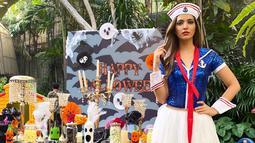 Bahkan, gaya OOTD Nia saat pesta Halloween beberapa waktu lalu juga sukses jadi sorotan. Ia pun memilih mengenakan busana dengan tema pelaut lengkap dengan topi khasnya. (Liputan6.com/IG/ramadhaniabakrie)
