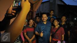 Pengacara Farhat Abbas berfoto bersama warga Kalijodo, Jakarta Utara, Selasa (16/2). Pengacara kontroversial ini datang untuk menyampaikan kepada warga bahwa ia mempunyai solusi untuk persoalan Kalijodo. (Liputan6.com/Gempur M Surya)