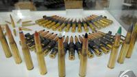 Peluru dengan beragam ukuran dipamerkan saat Indo Defence 2014 berlangsung di JIExpo, Jakarta, Kamis (6/11/2014) (Liputan6.com/Faisal R Syam)